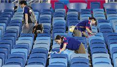 Rarita mezi fanoušky. Zdvořilí Japonci po sobě na stadionu i uklidí