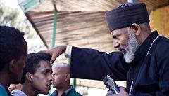 OBRAZEM: Exorcismus v Etiopii. Kněz vyhání démony křížem a bitím