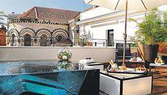 Privátní terasy a vířivky ze skla. To je hotel luxusní i na Cannes