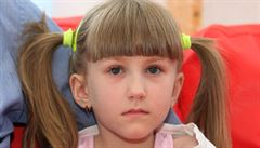 Dívka s křehkými kostmi bude možná chodit. Lékaři jí voperovali do nohy speciální hřeb