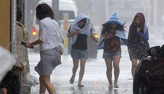 Tajfun Neoguri udeřil na Japonsko. Ochromil ostrovy a zabíjí