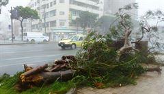 Tajfun Neoguri zabil dva lidi a blíží se k ostrovu Kjúšú