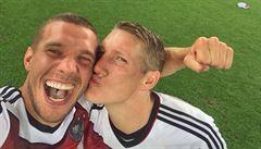 Merkelová s pohárem, Schweinsteiger líbá Podolského. Selfie ovládlo MS