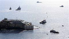 Poškozená Costa Concordia vyrazila na poslední plavbu. Podívejte se