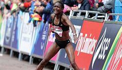 Vytrvalkyně zkolabovala během maratonu. Museli ji odvézt na vozíku