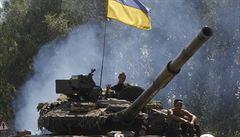 Ukrajinská armáda po tvrdých bojích vítězí, humanitární konvoj stojí