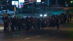 VIDEO: V Missouri to vře. Protesty pokračují i přes zákaz vycházení