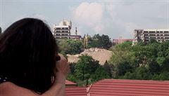 Jak se boural hotel Praha? Podívejte se na krátký film Lindy Jablonské