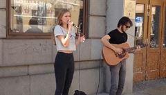 Mladí muzikanti hráli před magistrátem. 'Vysloužili' si vodní sprchu