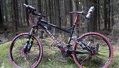 Mladík srazil cyklistu k zemi a odjel na jeho kole za sto tisíc
