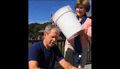 Bush a populární výzva. Ledovou vodu na něj vylila manželka Laura