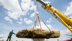 'Stonehenge' v Česku. Menhir o váze 60 tun urazil 70 kilometrů