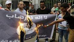 Muslimové mají své polévání ledovou vodou. Pálí vlajky Islámského státu