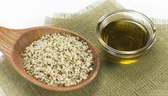 Konopný olej omladí a zregeneruje kůži. Pomáhá také při ekzémech