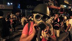 Ochromený Hongkong: mlčící většina proti syrovým emocím