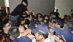 87 barelů plynu proti holým rukám studentů, líčí Češi ze vzbouřeného Hongkongu