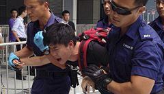 Policie v Hongkongu vytlačila demonstranty ze sídla vlády
