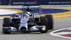 Dramatickou kvalifikaci v Singapuru vyhrál Hamilton, Rosberg těsně druhý