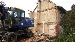 Demolice na Ořechovce bez povolení. Bagr krájel vilu vedle okna spící stařenky