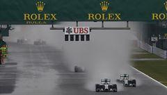 Hustý déšť a nehoda. Předčasně ukončený závod v Suzuce vyhrál Hamilton