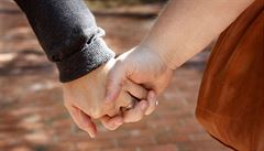 Homosexuálové budou nejspíš moci adoptovat dítě