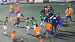 VIDEO: Otřesná bitka fotbalistů. Kopance v letu a 12 červených karet
