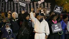 Ve Fergusonu opět protestují stovky lidí. Stojí proti nim těžkooděnci