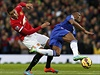 Chris Smalling (vlevo) vs. Didier Drogba.