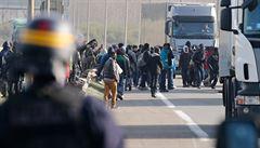 Francouzská policie se u Calais střetla s desítkami migrantů