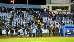 Fotbalisté prchali ze hřiště, diváci z tribun. Sparta 40 minut nehrála