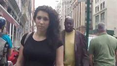 Hvízdání a pokřikování. Skrytá kamera zachytila obtěžování ženy na ulici