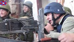 Ruská akční hvězda si zastřílela na doněckém letišti. V helmě s nápisem 'PRESS'