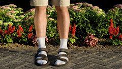 Ponožky v sandálech jsou módní hit. Škromach se může radovat, udává trend