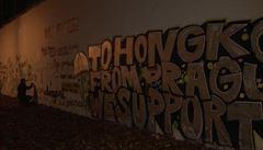 VIDEO: Lennonova zeď se začíná opět zbarvovat, autory jsou kolemjdoucí