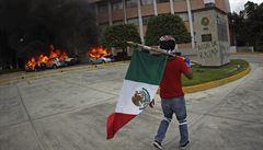 Bouře v Mexiku: demonstranti kvůli studentům zapálili budovu parlamentu