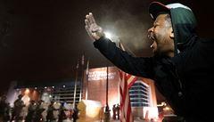 Ve Fergusonu policie zabránila útoku na radnici