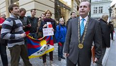 Omluvte se, vyzývají akademici rektora Zimu za kritiku protestu proti Zemanovi