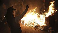 Policista z Fergusonu je volný. Lidé zapálili tucet budov, střílí se