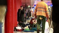Reportáž z ochromeného nádraží: v kupé mrzly zadky, lidé spali na lavičkách