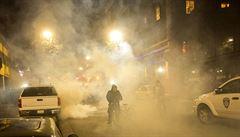 Protesty po zabití druhého černocha pokračují, vzduchem létá kamení