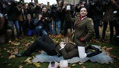 Zákaz pornopraktik vyvolal obscénní protest před Westminsterským palácem