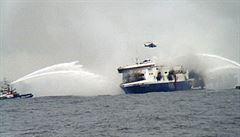 Cestující jsou evakuováni. Na hořícím trajektu zemřelo pět lidí