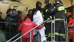 Loď s uprchlíky v italských vodách zajistil záchranný tým, míří ke břehu