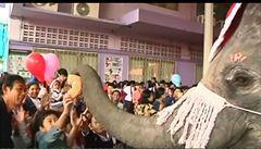 Žádný Ježíšek či Santa. V Thajsku přinesl dětem dárky slon