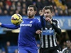 Eden Hazard (vlevo) vs. Paul Dummett.
