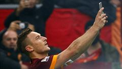 Selfie na hřišti. Fotbalista Totti vstřelil gól a vyfotil se s fanoušky