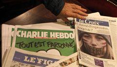 Vyšlo první běžné číslo Charlie Hebdo. Karikuje politiky