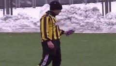 VIDEO: Haló? Fotbalista při utkání vytáhl mobil z kapsy a telefonoval