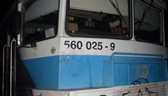 Gang sprejerů zastavil vlak a celý ho pomaloval. Po lidech házeli kameny