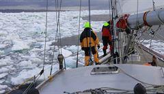Česko-polská expedice plující k Antarktidě hledá cestu přes led